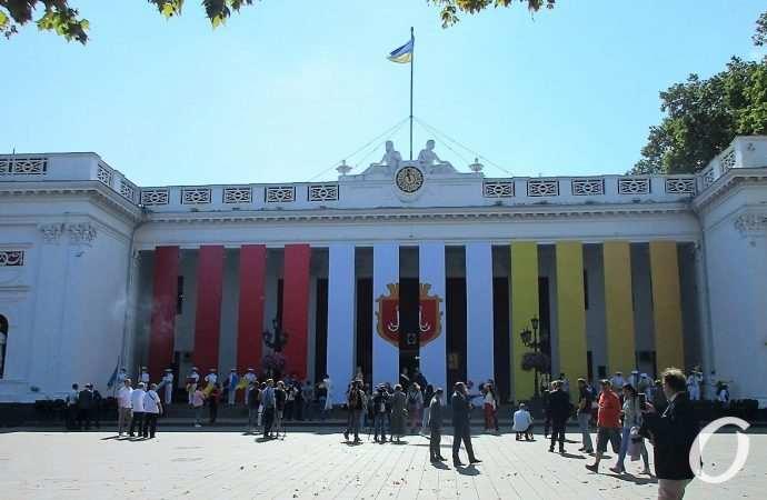 Стена знаменитых и в Одессу — в бутылке: Приморский бульвар справляет именины мамы