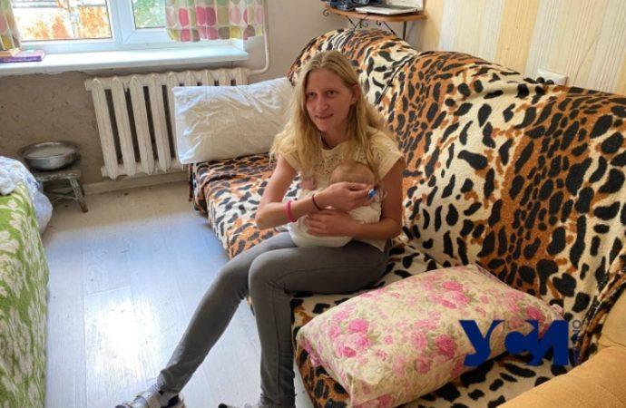 Одесситка жила с грудным ребенком на игровой площадке: четыре версии случившегося
