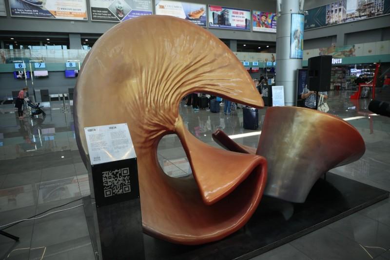 новая скульптура в Одесском аэропорту3
