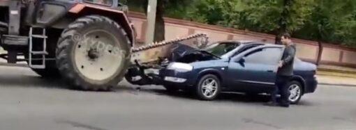 В Одессе пила на тракторе разрезала легковушку