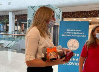 Одесситка получила сладкий приз за прививку от коронавируса