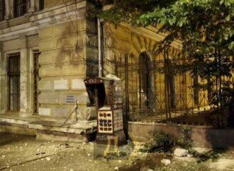 В Одессе обвалился фасад здания возле Горсада