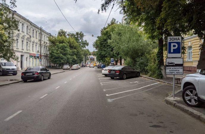 В Одессе на Пастера парковка «ёлочкой» «съела» часть тротуара