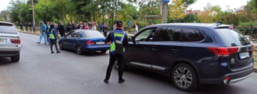 В Одессе протестующие перекрыли дорогу, против них охрана застройщика с собаками
