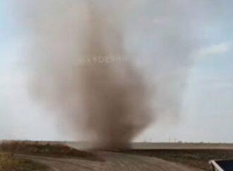 Под Одессой пронесся пыльный смерч (видео)