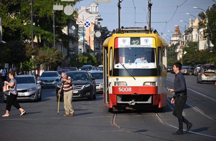 В трамваях и троллейбусах подорожает проезд: как сэкономить?