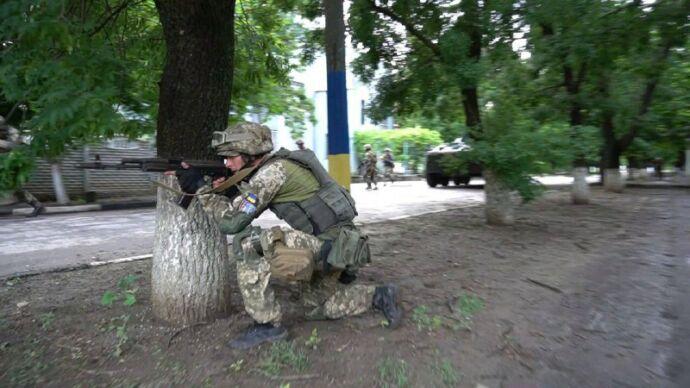 Спецназовцы в полном снаряжении и техника на дорогах – что происходит?