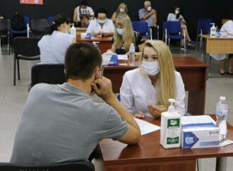 """Одесситы выстроились в очереди на вакцинацию от ковид: что дает прививка в """"красной зоне"""""""