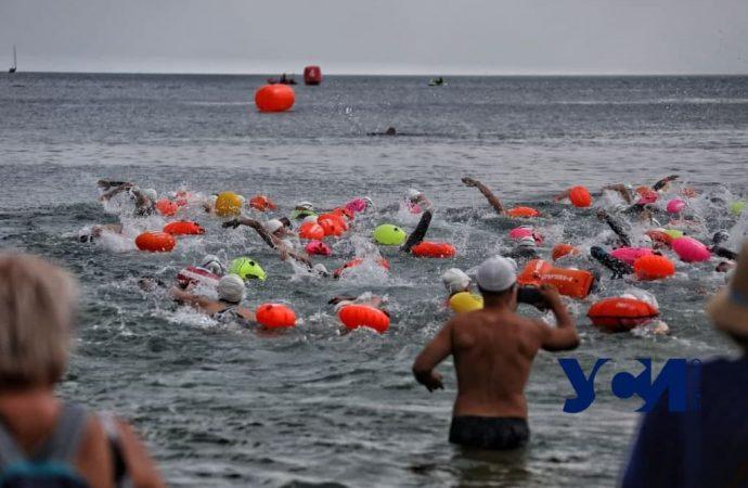На одесском Ланжероне собрались сотни пловцов – что происходит?