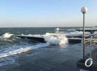 Осень по-одесски: фоторепортаж со штормящего Ланжерона (фото, видео)