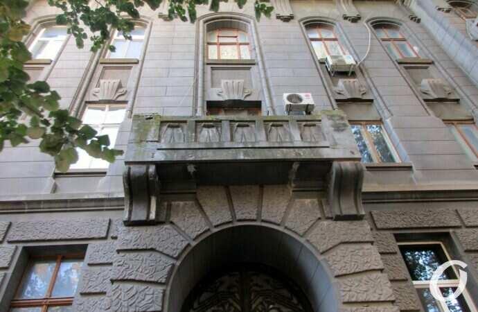 Дом на одесской Успенской: монументальные балконы и пропавший флагодержатель (фото)