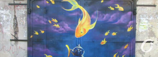Ворота по-одесски: рыбье нашествие и изумленный кот (фото)