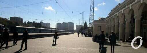 Одесский железнодорожный вокзал: «платформенные» прививки и поразительная тишина (фото)