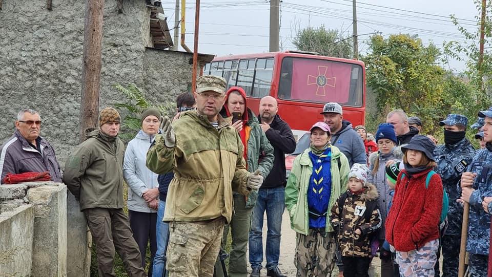 Сергей Гуцалюк проводит лекцию на казацком кладбище