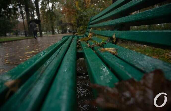 Октябрьский дождь в Одессе: лужи, зонты и осеннее настроение (фоторепортаж)