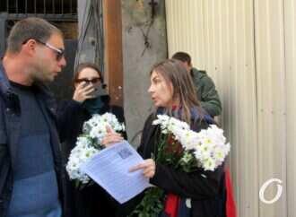 Одесситы с цветами пришли к двум «павшим» историческим зданиям