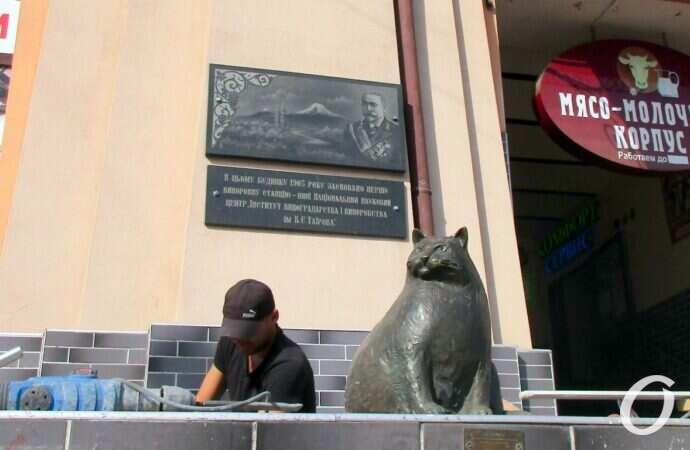 Базарина наблюдает: в Одессе ремонтируют вход в мясо-молочный корпус Нового базара