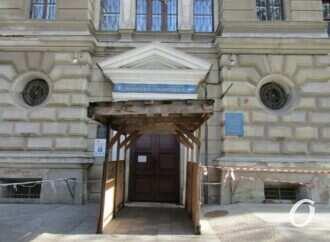 Опасная зона: фасад библиотеки ОНУ «украшают» оградительные ленты и предупреждения