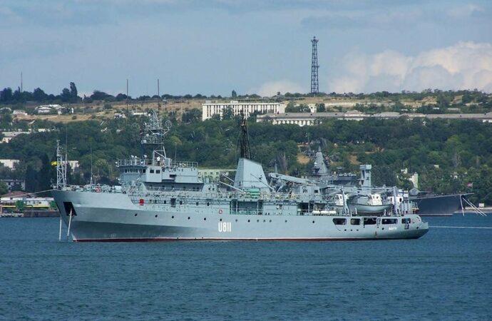 Возле острова Змеиный терпит бедствие корабль ВМС Украины