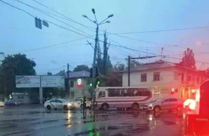В Одессе из-за ДТП с маршруткой не ходят 5 трамваев – на Люстдорфской дороге грандиозная пробка (фото)