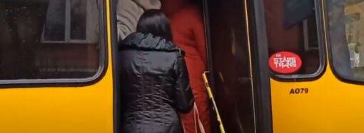 """Одесса """"краснозонная"""": после недавних проверок маршрутки снова набиты """"под завязку"""" (видео)"""