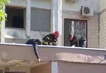 На Котовского парень упал с 8 этажа и выжил